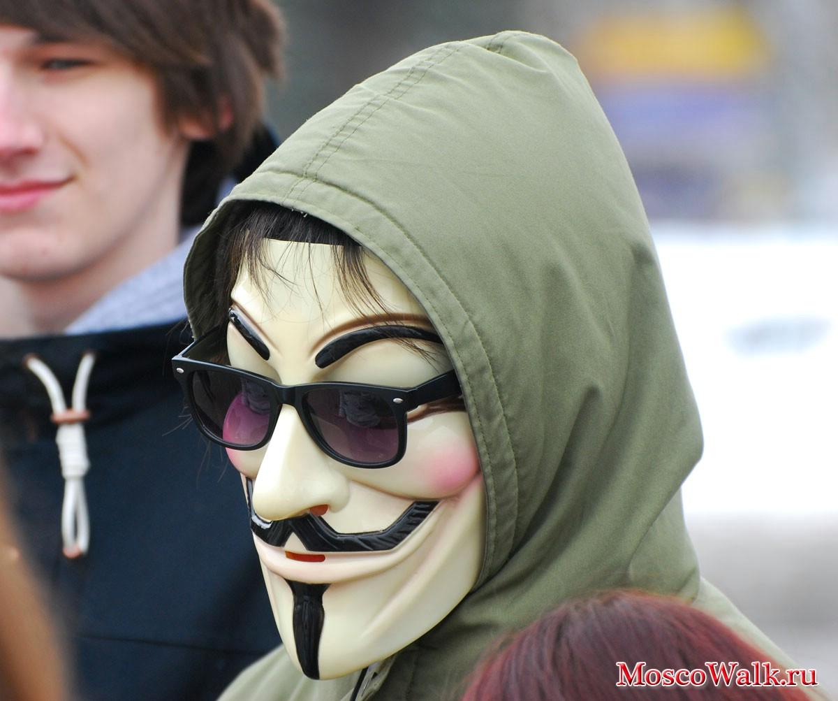 Пацан в маске...
