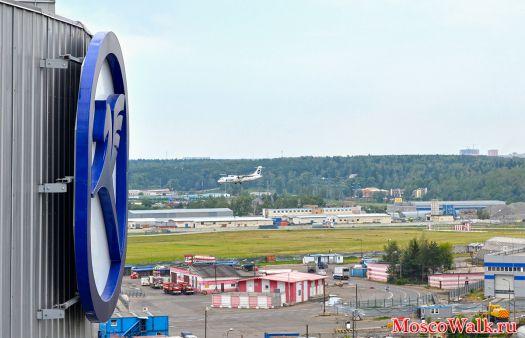 Самолет совершает заход на посадку на фоне знака аэропорта Внуково.